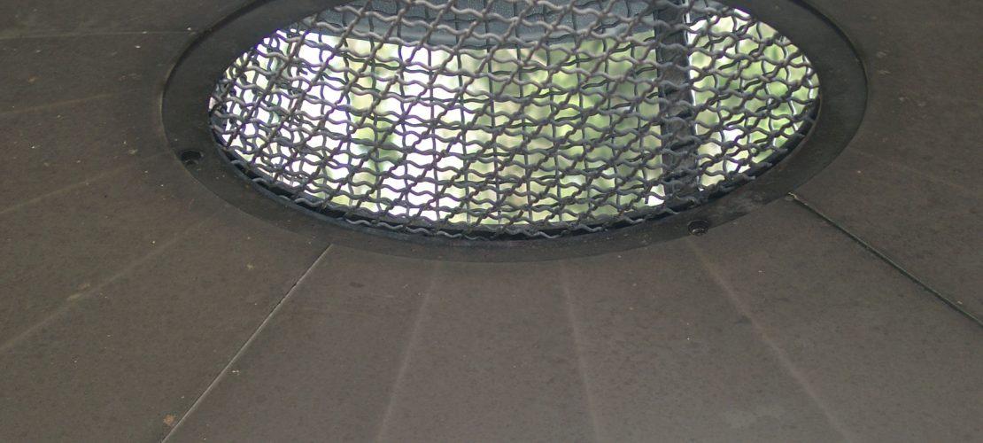 Grillstelle mit Dach und Funkenfang